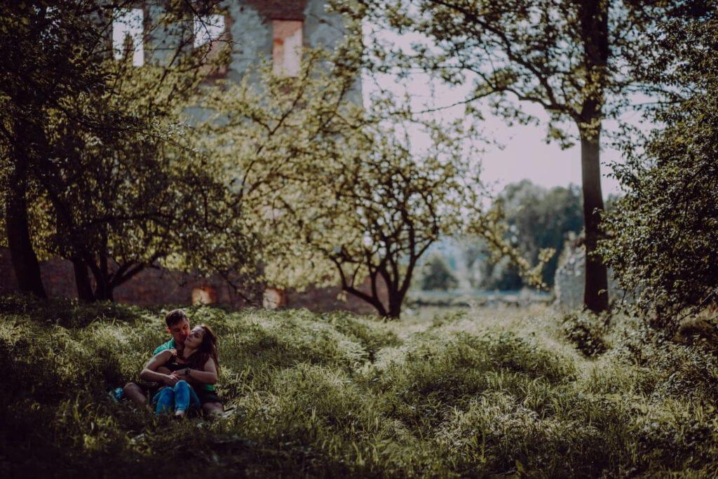 Ania i Oskar na tle zamku w Krupne
