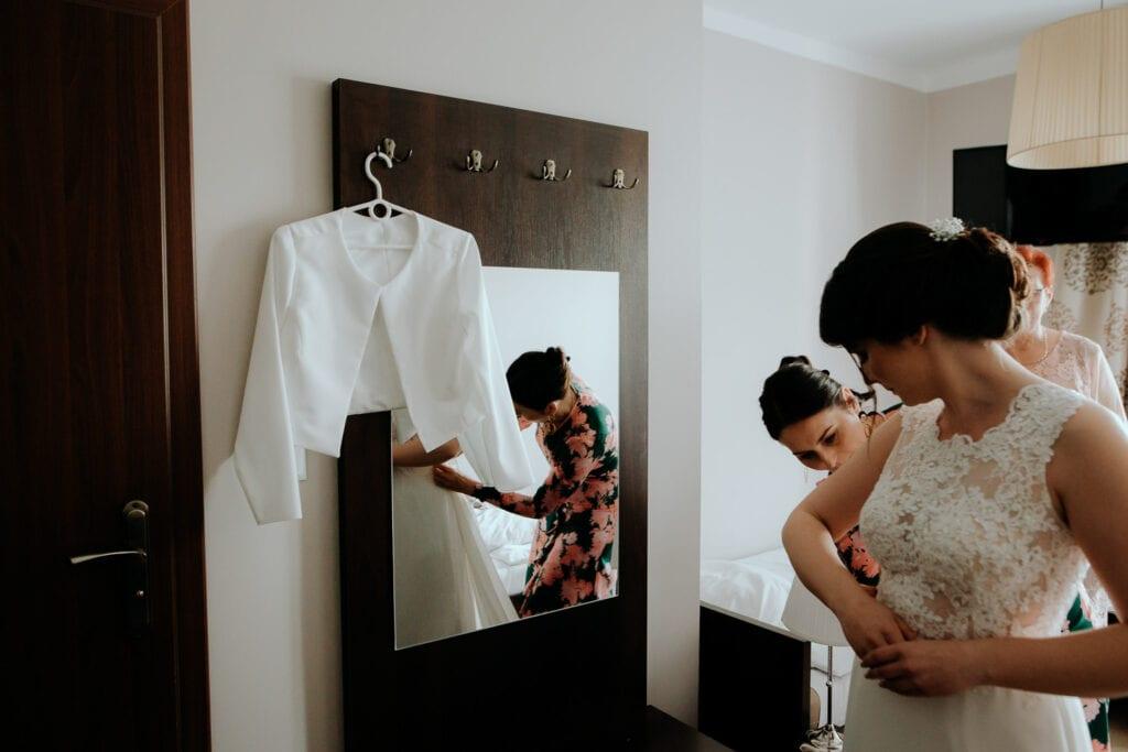 Panna Młoda ubiera suknię Hotel Lwów