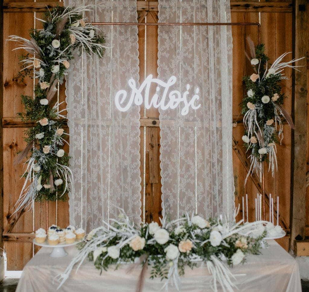 Kwiatowe dekoracje oraz ciastka w siedlisku Jabłonna.