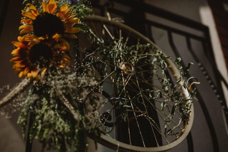 Koło rowerowe i słoneczniki w dniu ślubu