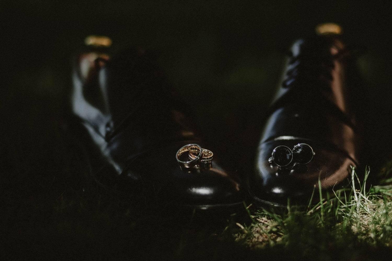 Detale ślubne obrączki, buty i spinki