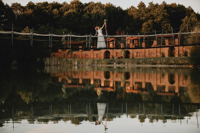 Siedlisko na Rozdrożu sesja plenerowa na mostku