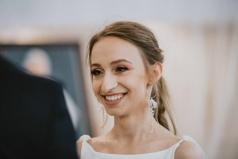 Panna Młoda podczas przysięgi małżeńskiej fotografia ślubna Lublin